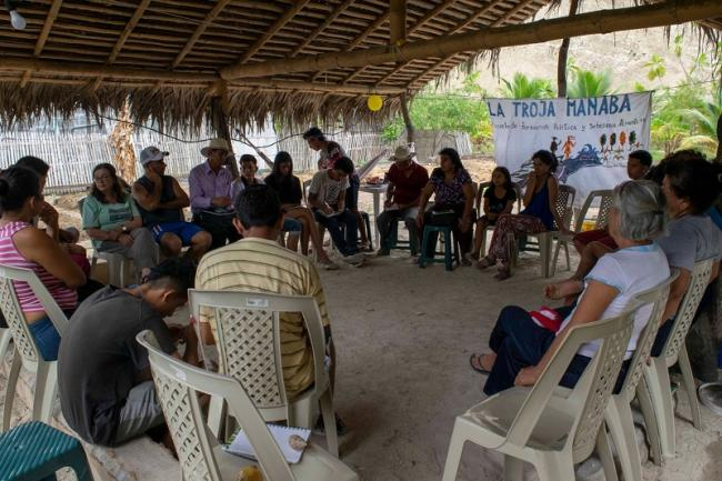 A gathering of of the Troja Manaba, a grassroots school that offers training in agricultural techniques for food sovereignty in Manabí, Ecuador (La Troja Manaba)