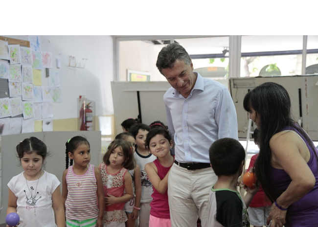 Macri meets visits a preschool in a colonia of Buenos Aires while head of the city in 2013 (Mariana Sapriza/Flickr)
