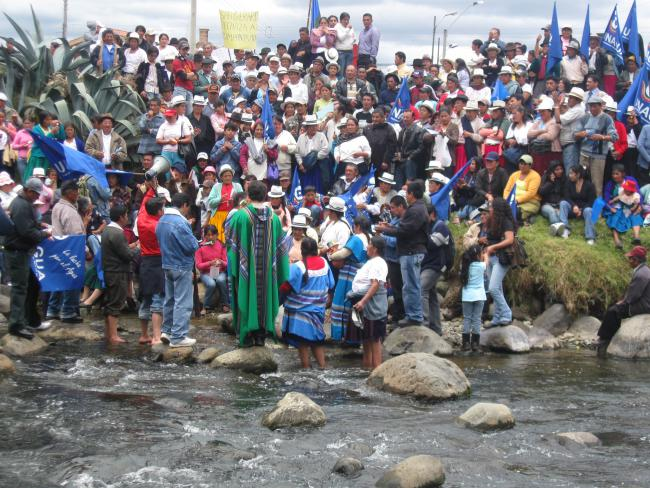 Priest leads a mass to venerate water at the end of a water law march in 2009. (Photo by author)