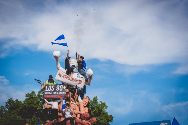 Nicaraguan citizens above the Alexis Argüello monument in Managua on the Mother's Day March on May 31, 2018 (Photo by Mauricio Valenzuela).
