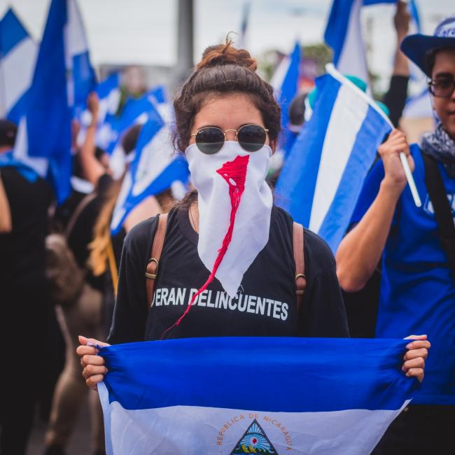 A woman with a bloody Nicaraguan scarf during the Mother's Day March on May 31, 2018 (Photo by Mauricio Valenzuela).