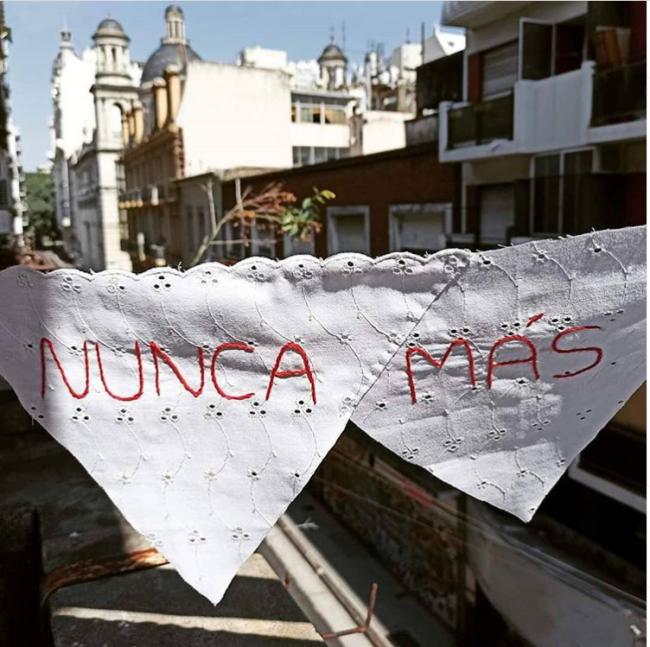 Un bordado compartido a través del hashtag #PañuelosConMemoria en Argentina (Movimiento No Matarás)