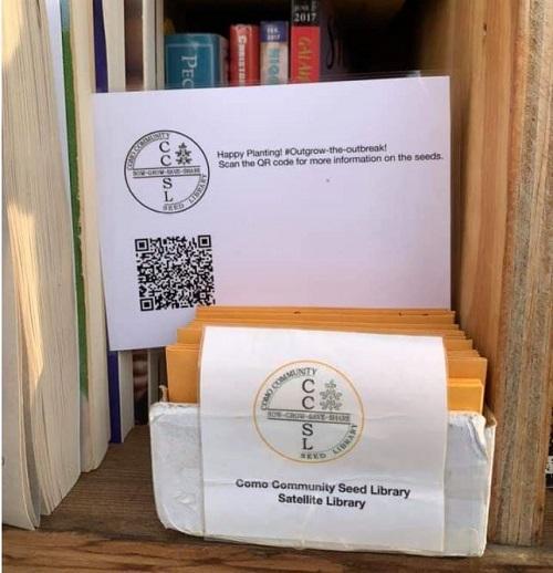 """Semillas gratuitas del proyecto """"Outplant the Outbreak"""", ofrecidas en un estante para libros comunitario en St. Paul, Minnesota (photo: Stephanie Hankerson)."""