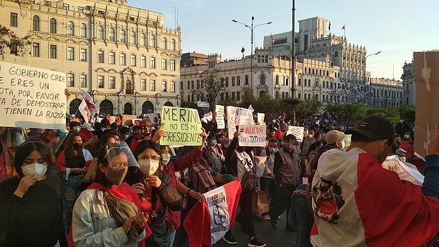 People protest in Lima's Plaza San Martín, November 12, 2020. (Johnattan Rupire / Wikimedia)
