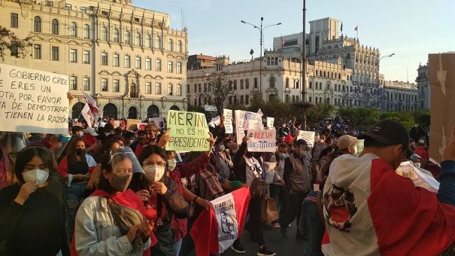 Demonstrators gather in Lima's Plaza San Martín to protest the parliamentary coup against President Martín Vizcarra, November 12, 2020. (Johnattan Rupire / Wikimedia)