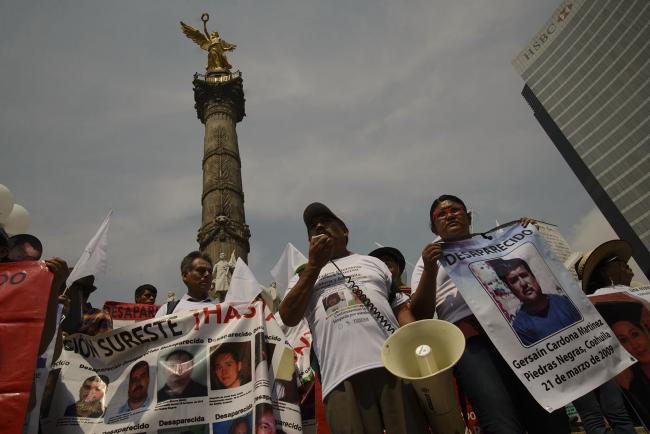 Families of the disappeared gathered under the Ángel de la Independencia monument on Mother's Day (Photo by Federico Barahona)