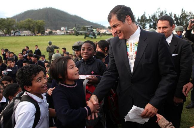 Rafael Correa greeting citizens on a street in Otavalo, Ecuador in September 2011 (Gobernación Imbabura/Flickr).