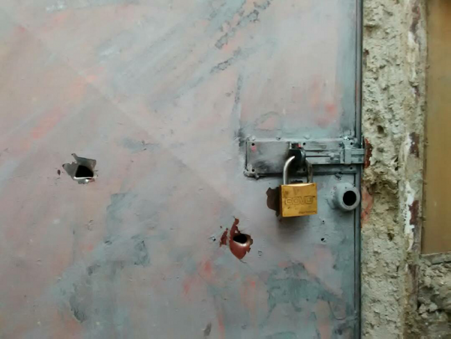 Traces of gunshots on an apartment door. Two young men died in their own homes. Barrio Las Mayas, March 2017. (Photo by Francisco Sánchez)