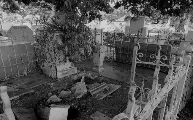 The desecration of graves in the cemetery are one of the biggest fears of the mothers. January 2018. (Photo by Francisco Sánchez)