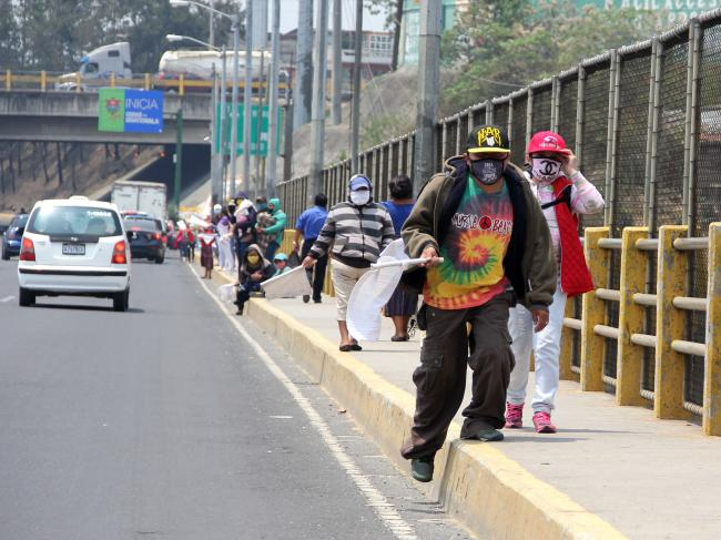 Narrow sidewalks in Puente El Naranjo (Photo by Vaclav Masek)