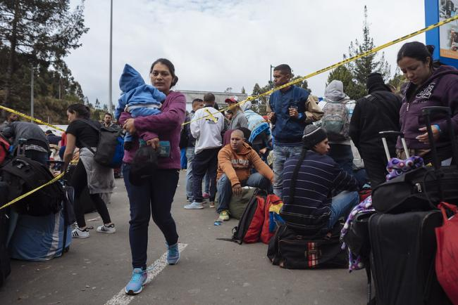 Hundreds of Venezuelans waiting at the Ecuadorian border in 2018. (UNICEF Ecuador)