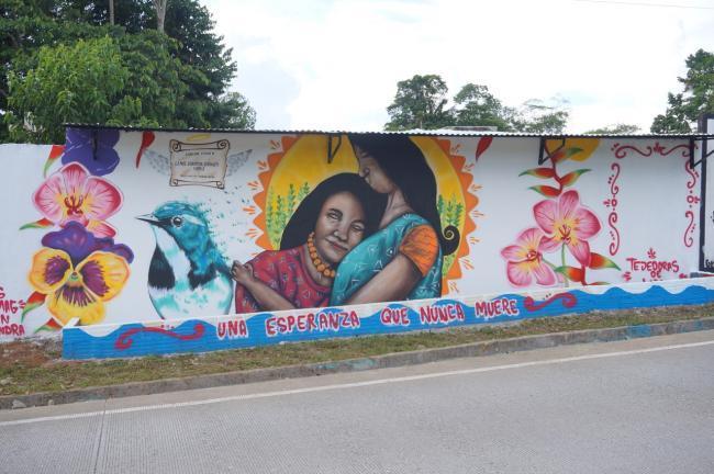 """Uno de los murales de Alianza en las afueras de La Dorada, San Miguel, que dice, """"una esperanza que nunca muera"""". (foto de Julia Zulver)"""