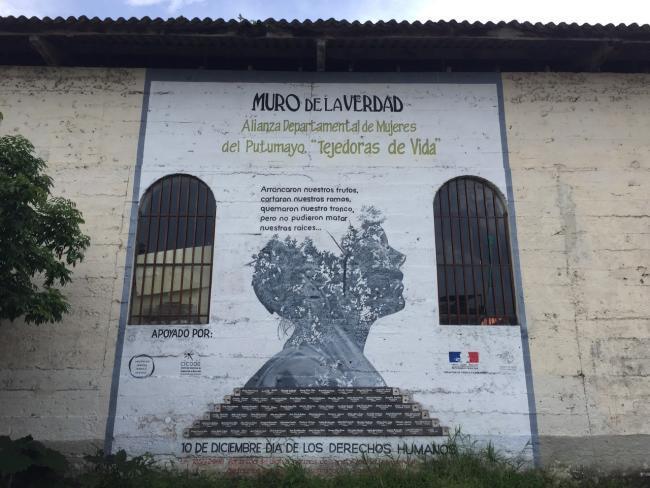 Pintado en la parte atrás de una iglesia en Villagarzón, este mural conmemora a las mujeres de la región que fueron asesinadas durante el conflicto armado. (foto de Julia Zulver)